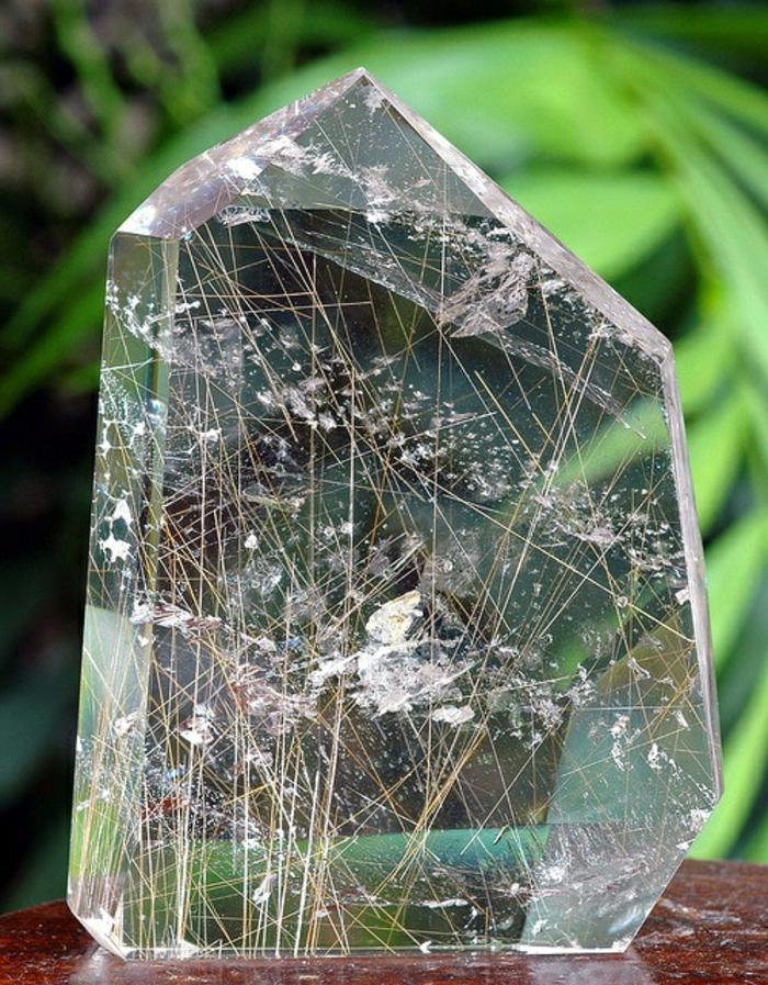 lithothérapie-quartz-rutile-une-de-pierres-plus-étranges