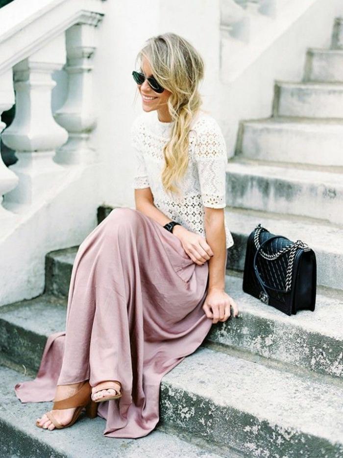 longue-robe-d-été-robe-été-longue-idée-tenue-sur-les-escaliers-jupe-longue-rose-pale-femme-blonde-lunettes
