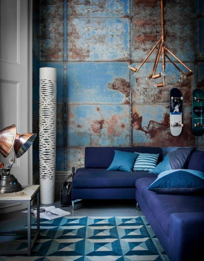 lustre-industriel-en-cuivre-dans-une-salle-bleue-énigmatique