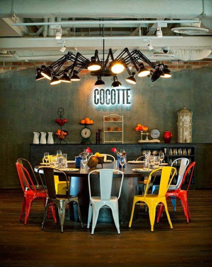 lustre-industriel-extravagant-des-chaises-colorées