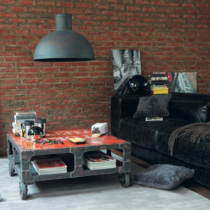 lustre-industriel-mur-en-briques-rouges-et-sofa-en-cuir-noir