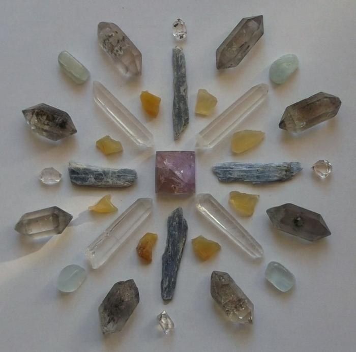 lithothérapie-mandala-avec-des-cristaux