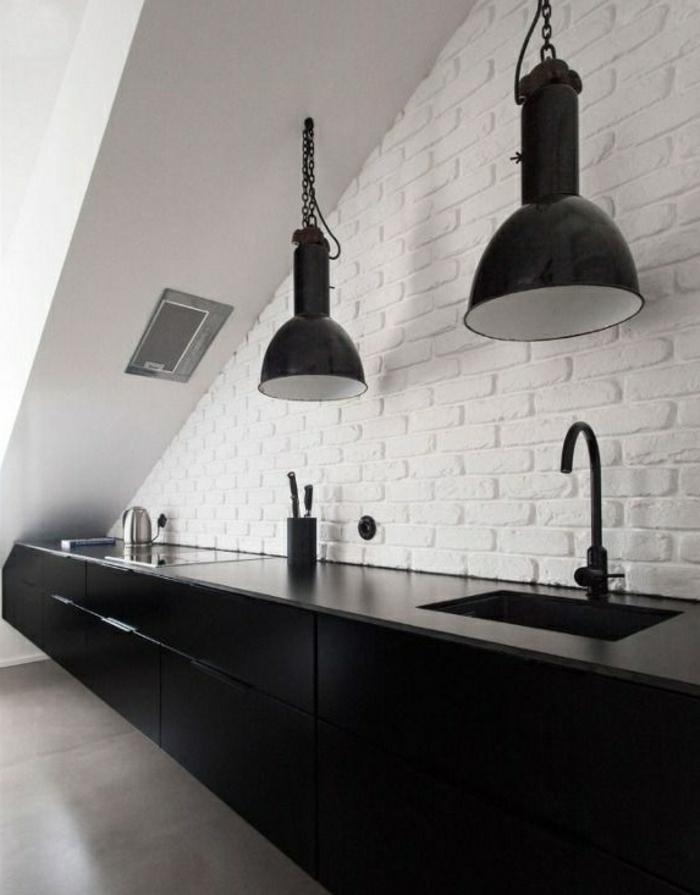 meuble-en-escalier-meuble-sous-comble-étagère-escalier-noir-et-blanc-lustre-industriel