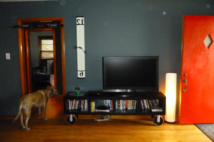 meuble-tv-style-industriel-dans-le-salon-mur-roure