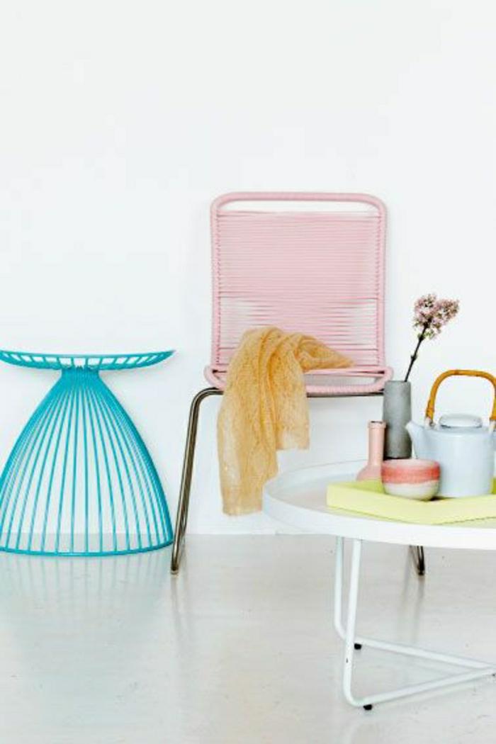 meubles-dans-la-gamme-pastel-sol-en-lin-gris-chaise-en-fer-bleu-chaise-rose