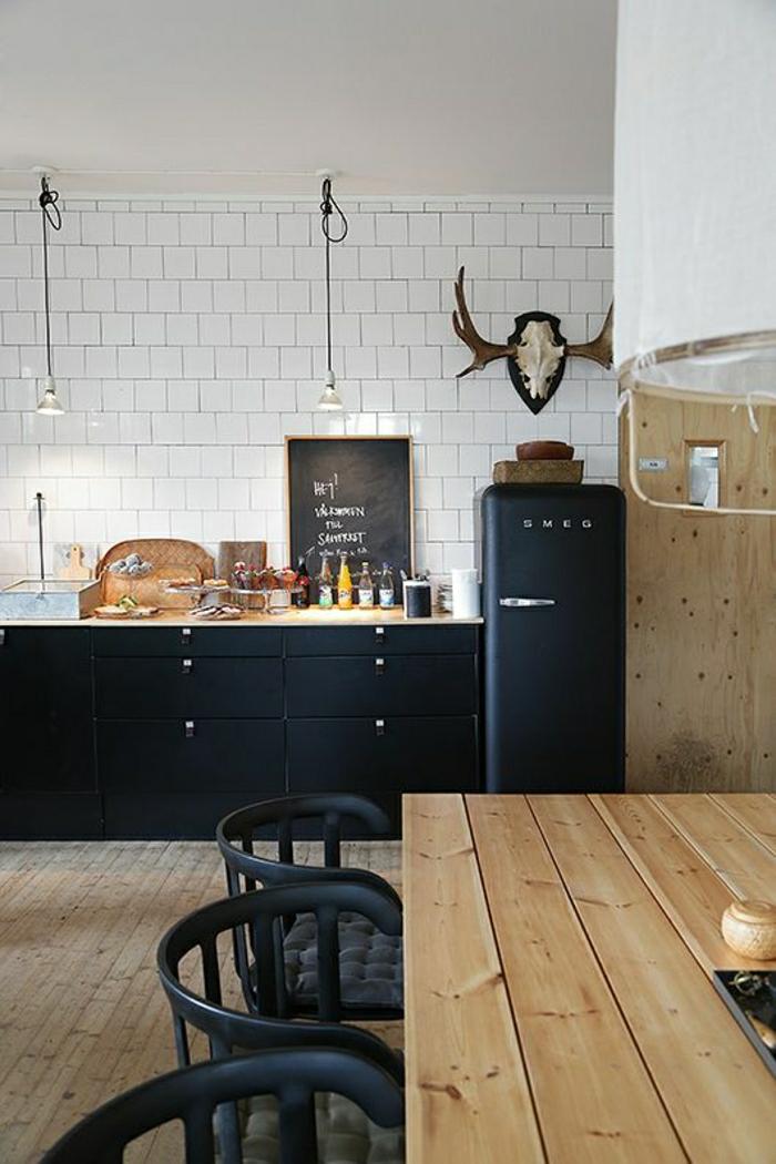 meubles-de-cuisine-grise-table-en-bois-massif-meubles-noirs-gris-carrelage-blanc