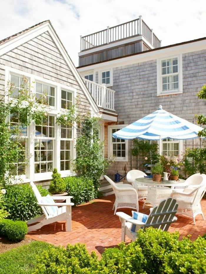 meubles-de-jardin-maison-contemporaine-joli-jardin-chaises-blanches-haie-vive