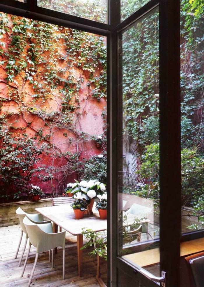 meubles-de-jardin-table-et-chaises-de-jardin-fleurs-sur-la-table-sol-en-plancher-fleurs-sur-la-table