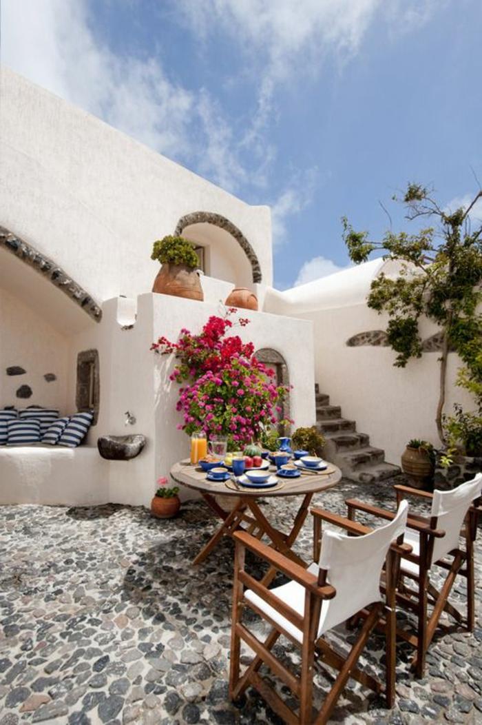 meubles-de-jardin-table-et-chaises-de-jardin-pas-cher-fleurs-dans-le-cour