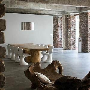 Les meubles en bois brut sont une jolie touche nature pour l'intérieur!