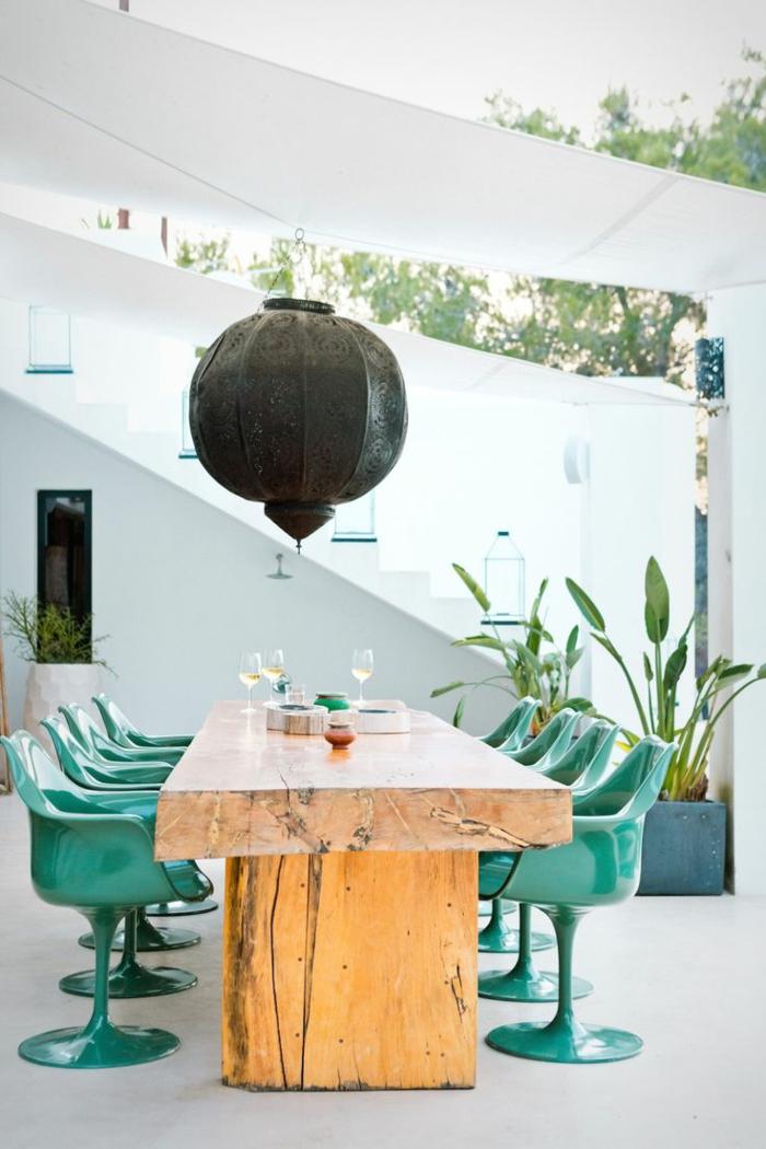 meubles-en-bois-brut-jolie-table-rectangulaire-et-chaises-vertes