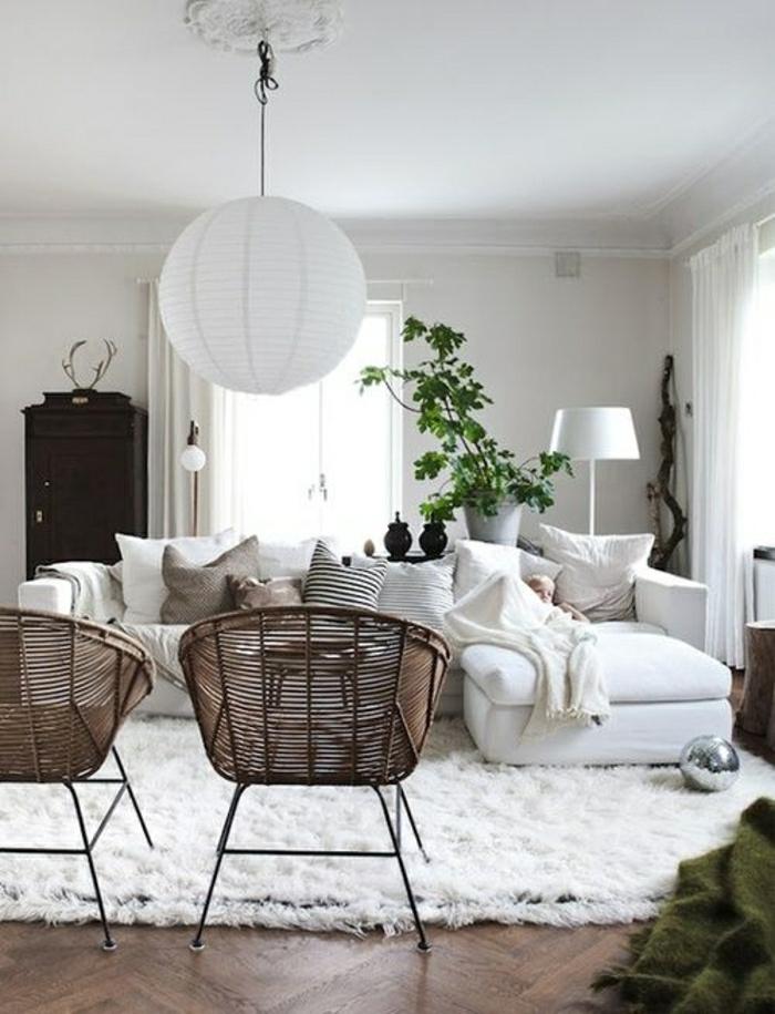 meubles-en-rotin-tapis-blanc-parquet-en-bois-tapis-de-salon-canapé-blanc-coussins
