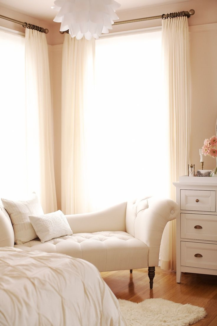 meubles-scandinaves-de-couleur-taupe-canapé-beige-salon-moderne-tapis-blanc-sol-en-parquette