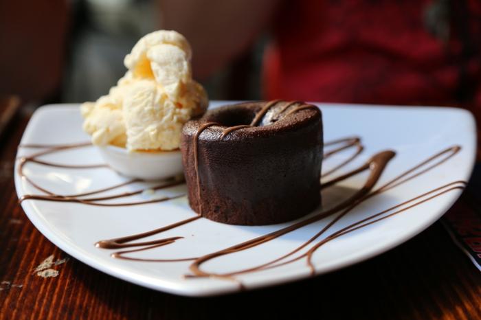 moelleux-au-chocolat-fondant-petit-fondant-au-chocolat-assiede-bien-arrangé