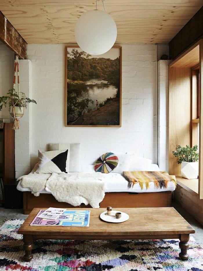 mur-blanc-salon-avec-table-basse-en-bois-pour-le-salon-tapis-coloré