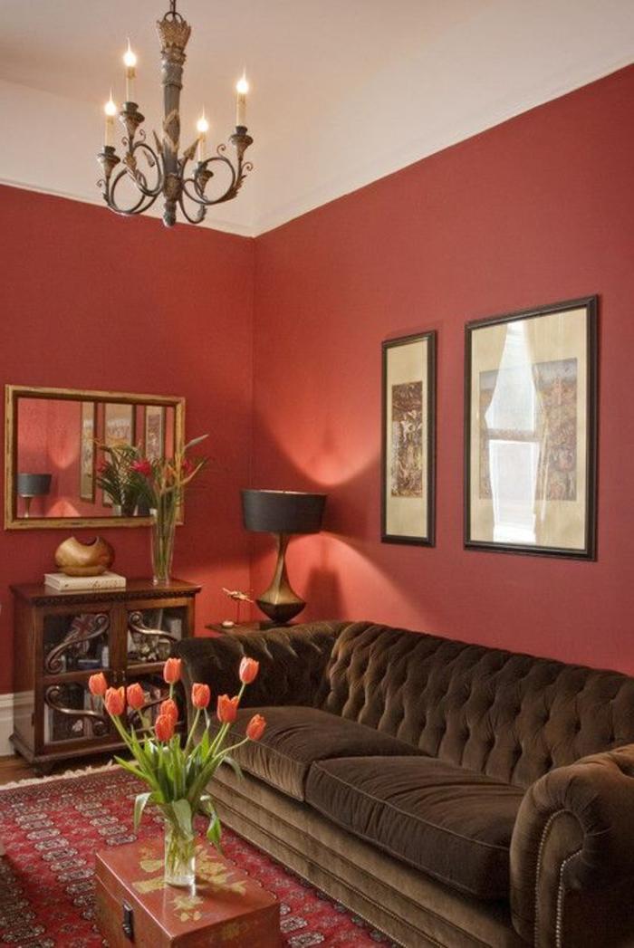 mur-couleur-carmin-couleur-bordeau-carmin-mur-rouge-fleurs-sur-la-table