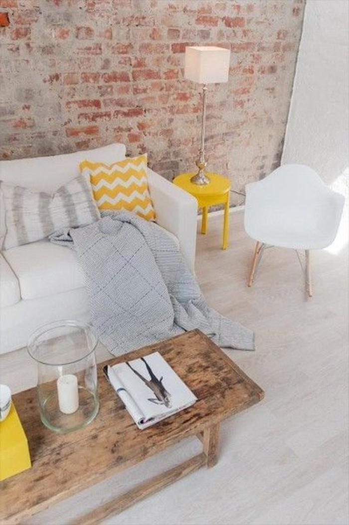 mur-de-briques-rouges-salon-moderne-de-couleur-taupe-meubles-scandinaves