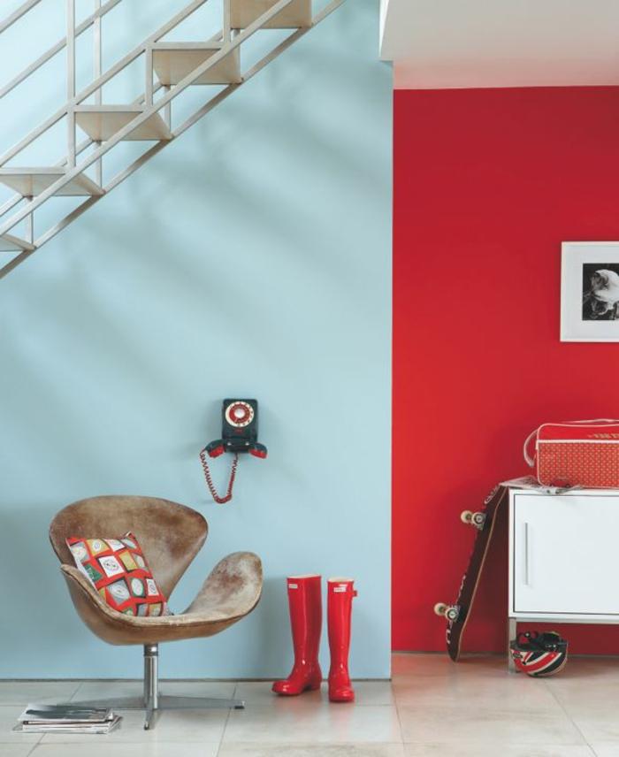 mur-de-couleur-carmin-escalier-mur-de-couleur-pastel-bleu-ciel-carrelage-chaise