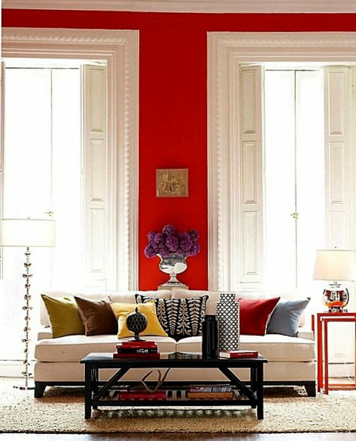 mur-rouge-carmin-fenetre-grande-fleurs-dans-le-salon-moderne-table-basse-de-salon