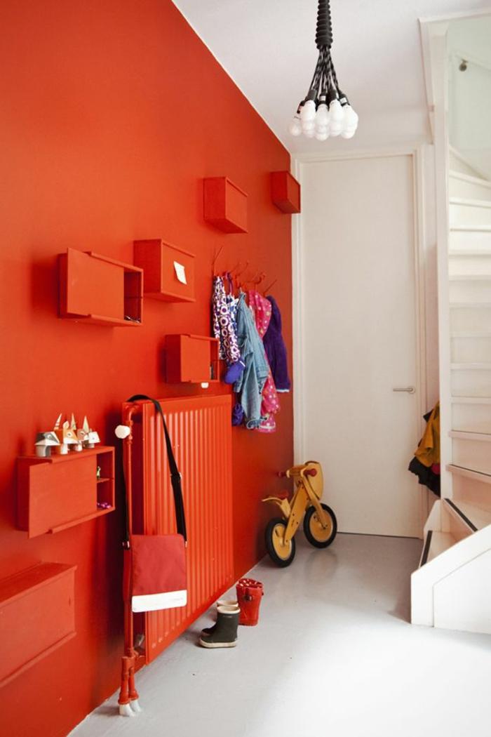 mur-rouge-couloir-sol-en-lin-gris-mur-rouge-porte-d-entrée-en-bois-blanc