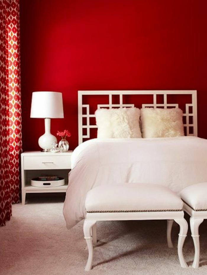 mur-rouge-lit-blanc-coussins-blancs-linge-de-lit-blanc-moquet-beige-couverture-blanc