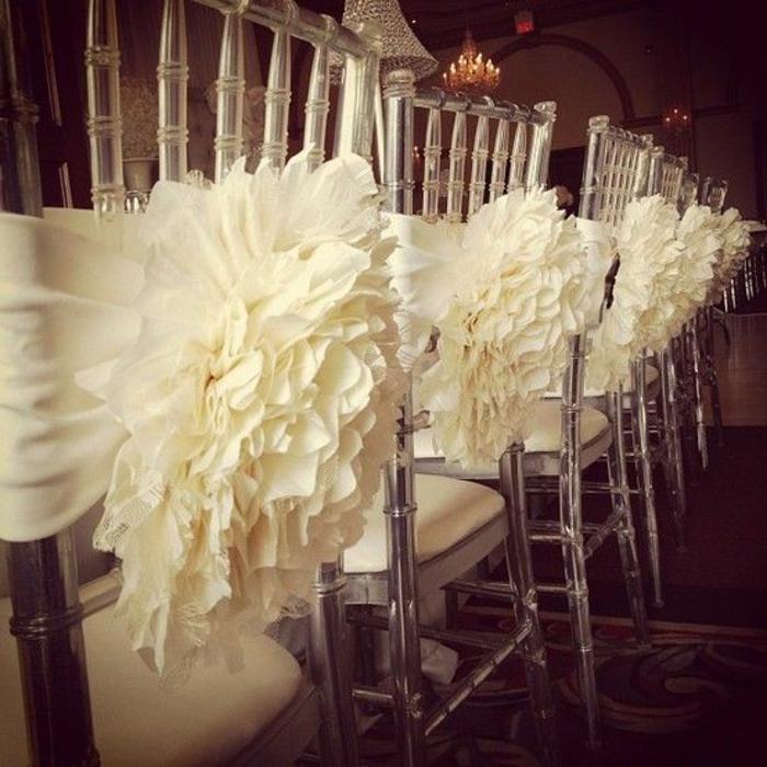 noeud-de-chaise-déco-blanche-sur-chaises-acryliques