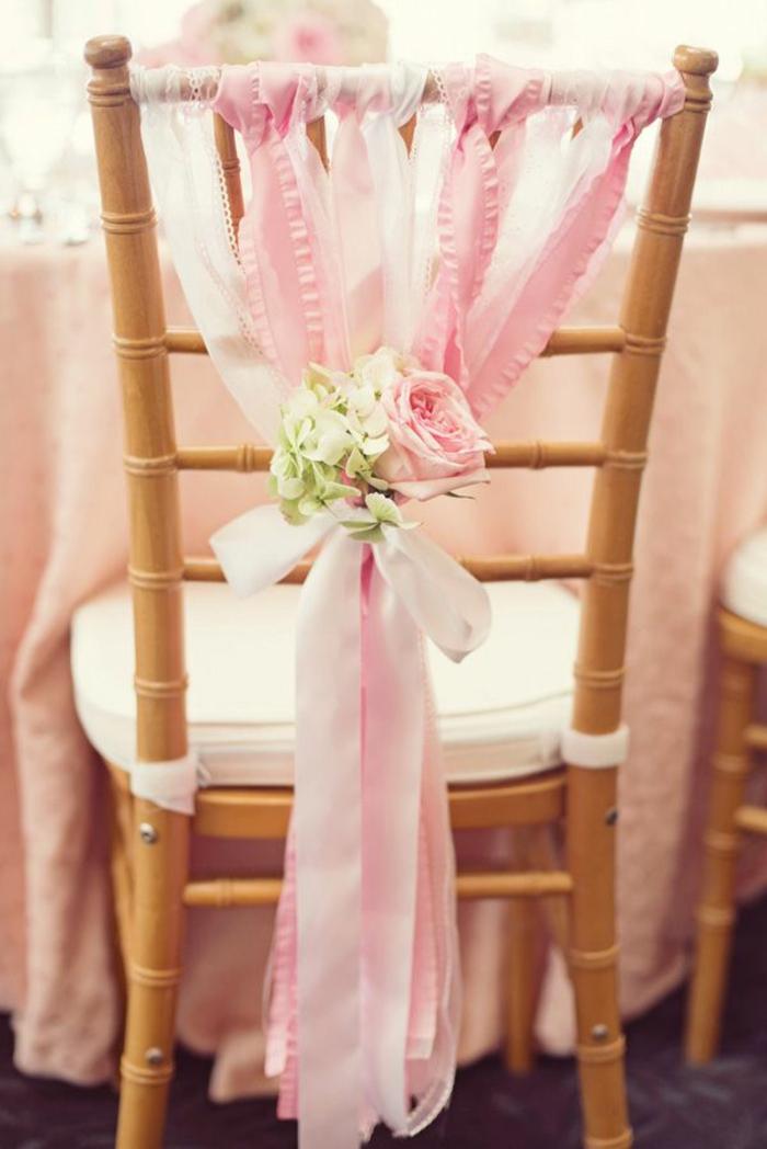 noeud-de-chaise-des-rubans-roses-et-fleurs