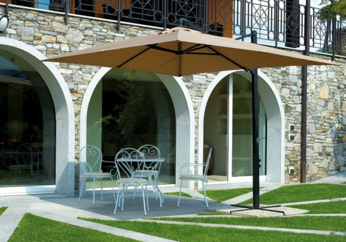 parasol-déporté-pelouse-verte-maison-avec-jardin-table-de-jardin-grande-fenetre