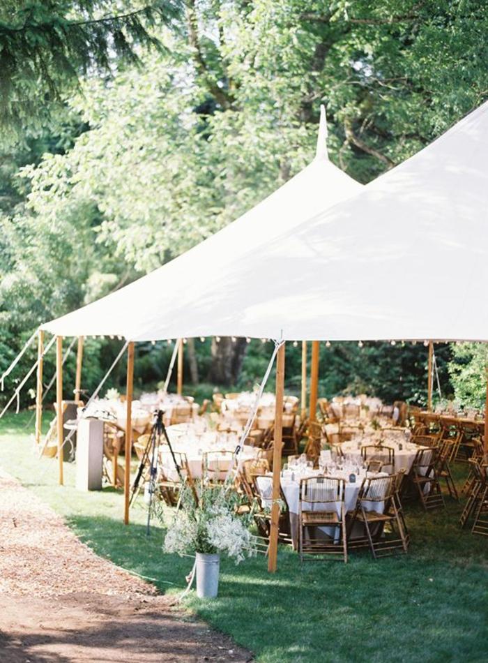 parasol-grand-de-couleur-blanc-pour-le-jardin-pelouse-verte-meubles-de-jardin