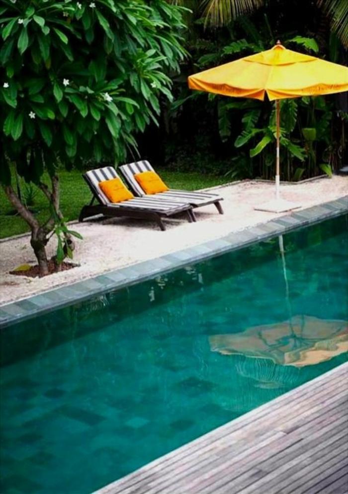 parasol-orange-parasol-rectangulaire-avec-piscine-maison-avec-piscine-joli-jardin