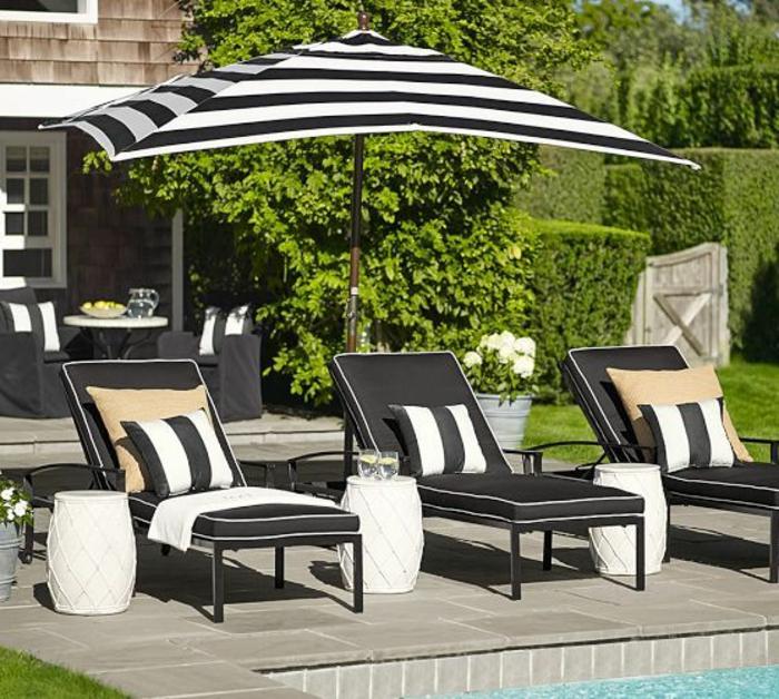 parasol-rectangulaire-a-rayures-blanc-noir-piscine-moderne-joli-cour-pelouse-verte