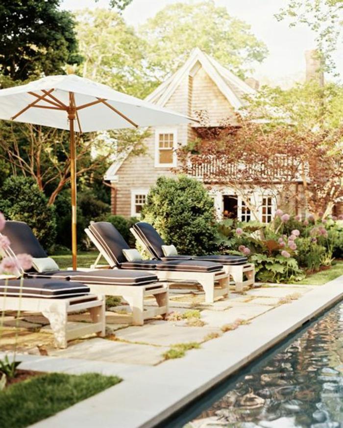 parasol-rectangulaire-de-couleur-blanc-maison-avec-pelouse-verte-joli-maison