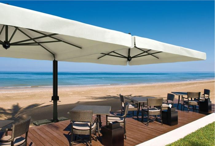 parasol-rectangulaire-de-couleur-blanc-sur-la-plage-au-bord-de-la-mer-parasol-rectangulaire