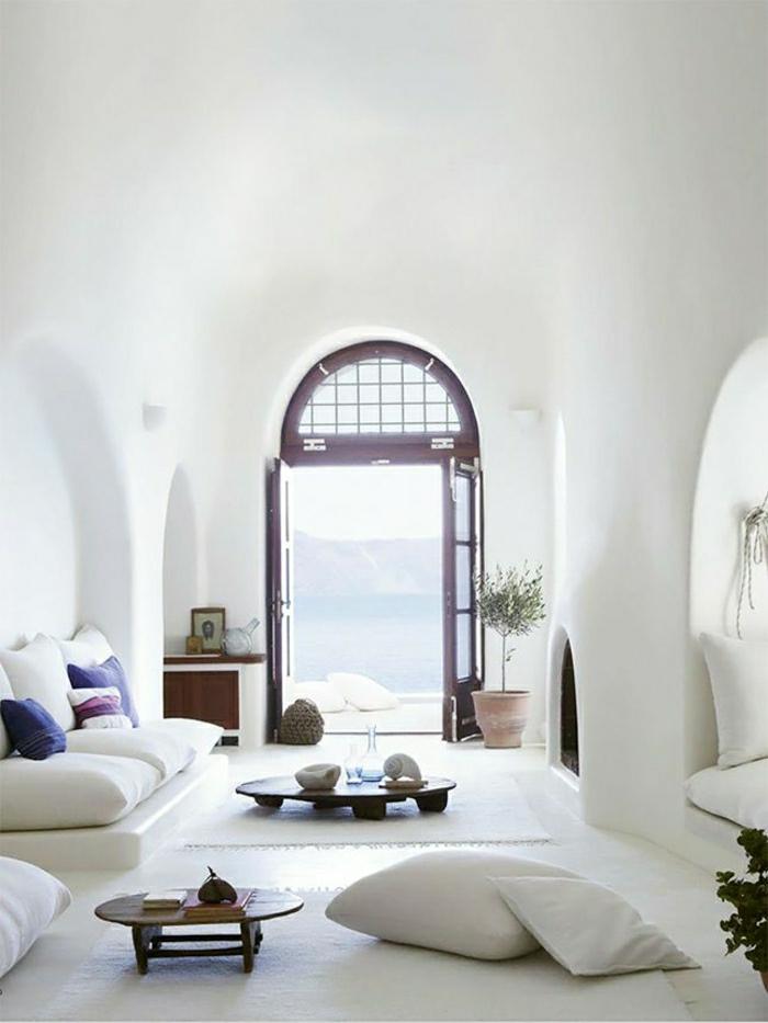 petite-table-basse-en-bois-murs-blancs-fenetre-grande-meubles-de-salon-moderne-coussins-blancs