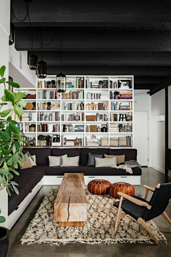 petite-table-basse-en-bois-tapis-beige-plante-verte-sol-en-lin-chaise-noire-en-bois