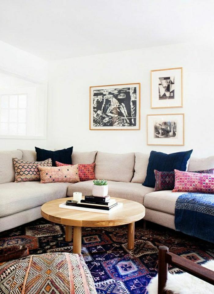 petite-table-basse-en-bois-tapis-coloré-mur-blanc-peintures-murales-canapé-beige