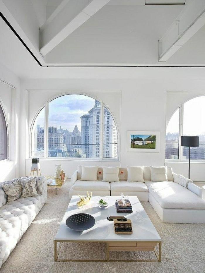 petite-table-basse-en-marbre-blanc-salon-moquette-beige-belle-vue-canapé-blanc
