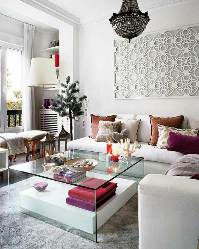 petite-table-basse-en-verre-tapis-gris-canapé-beige-coussins-colorés-meubles-de-salon