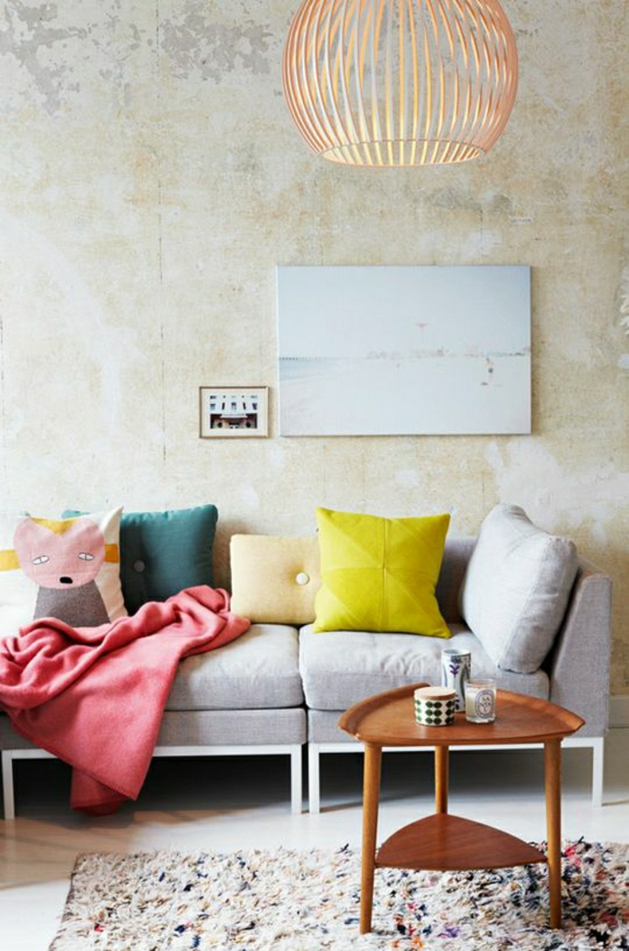 petite-table-basse-ovale-table-basse-ikea-tapis-coloré-coussins-colorés-mur-beige