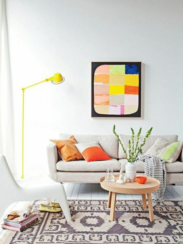 petite-table-basse-ronde-tapis-beige-plancher-blanc-sol-en-parquet-mur-blanc-peintures-murales