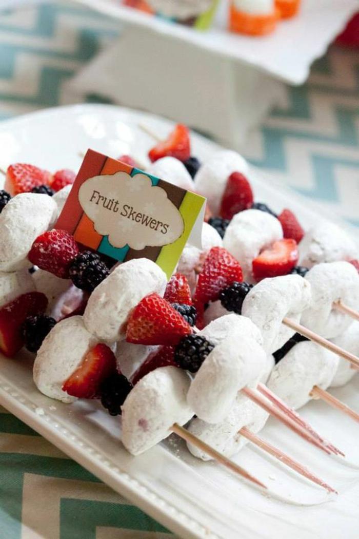 piece-montee-bonbon-coloré-délicieux-fruits-et-sucre