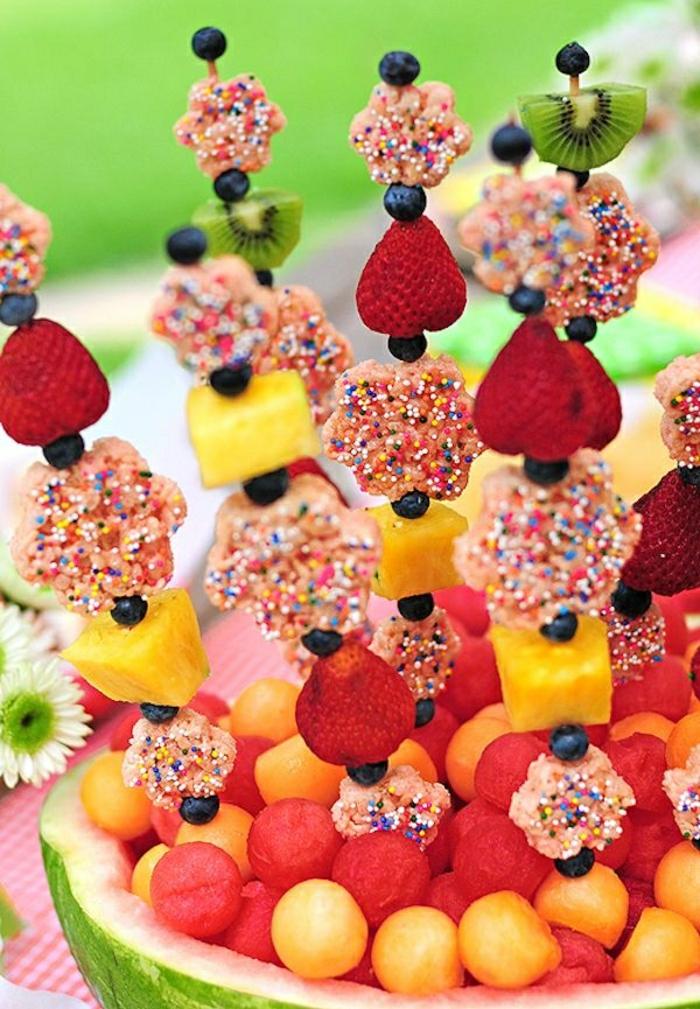 piece-montee-bonbon-coloré-délicieux-fruits