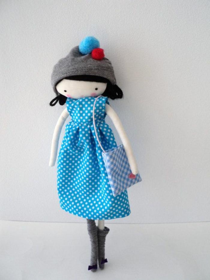 poupée-de-chiffon-élégante-avec-une-robe-bleue