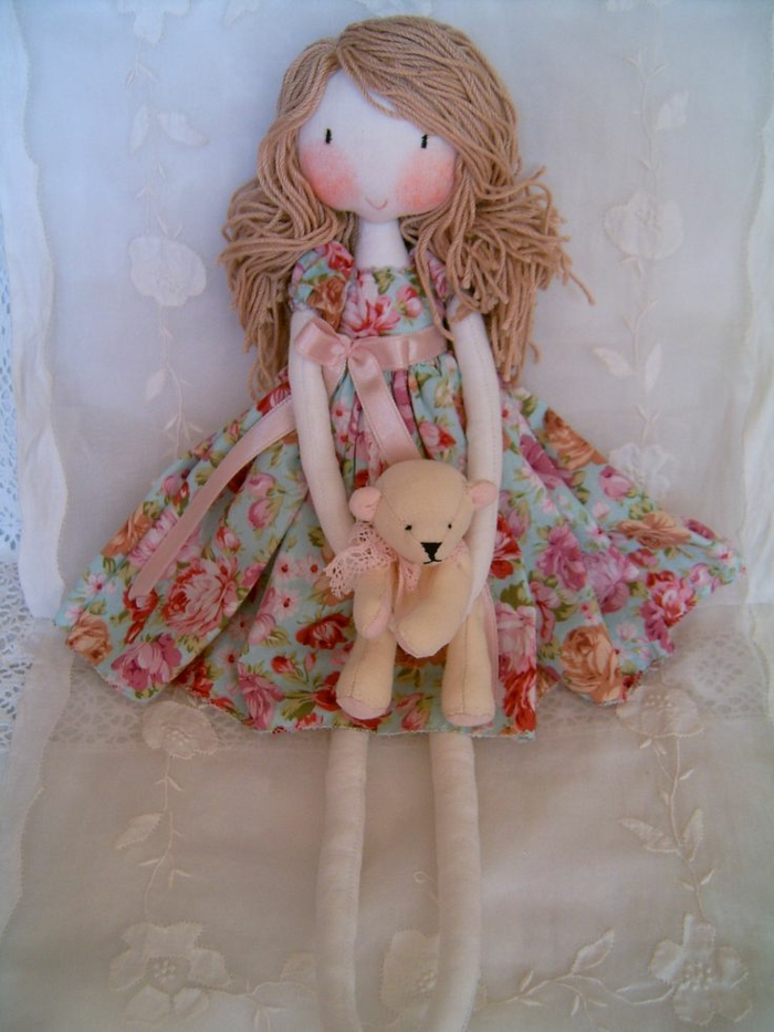 poupée-de-chiffon-en-robe-florale