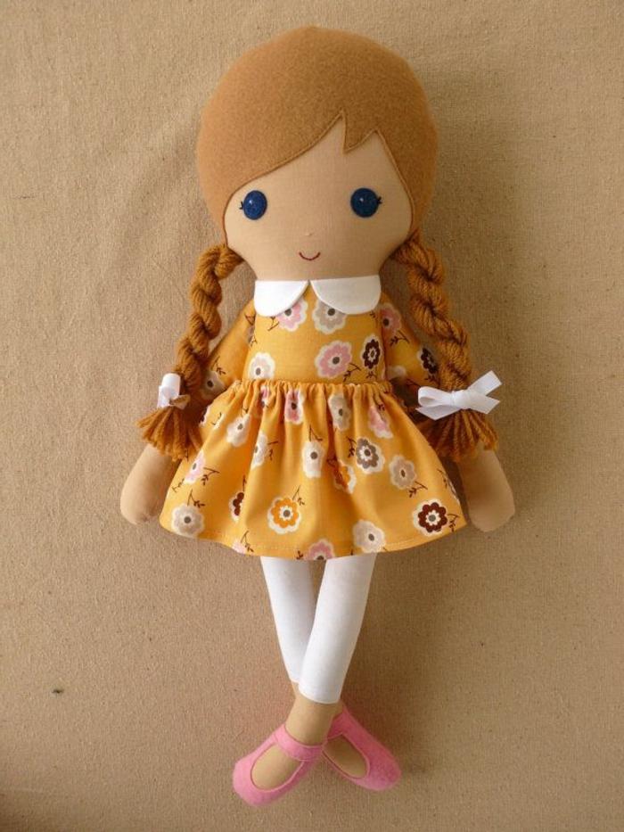 poupée-de-chiffon-en-robe-jaune