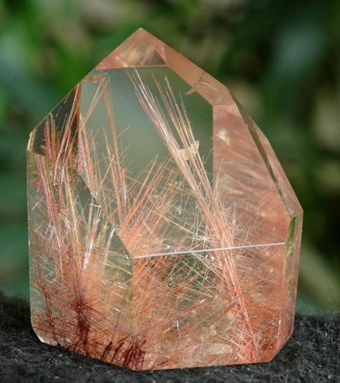quartz-rutile-contre-les-blocages-et-l'energie-négative