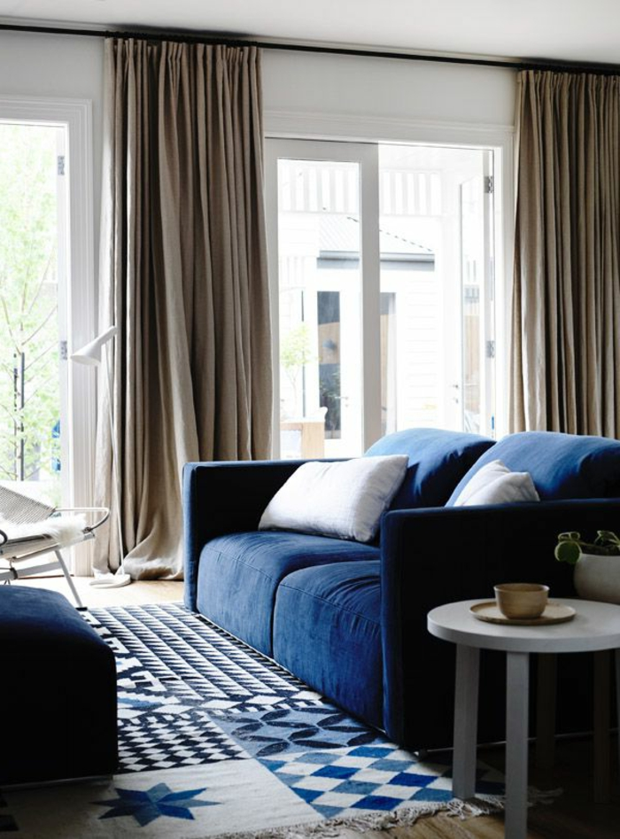 rideau-en-lin-beige-et-sofa-bleu