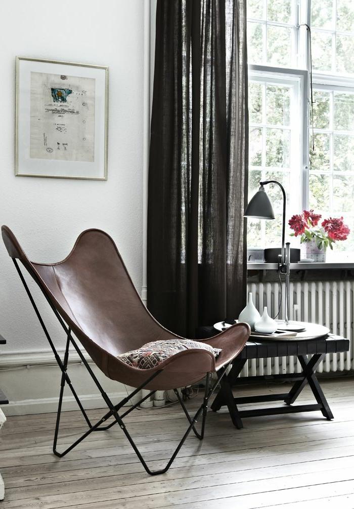 rideau-en-lin-noir-et-chaise-originale
