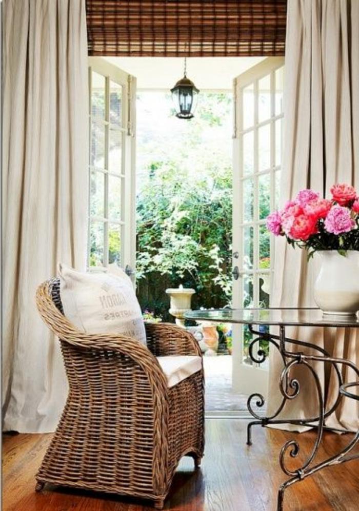 rideau-ocultant-beige-salon-avec-une-jolie-table-basse-en-bois-fleurs-table-en-verre