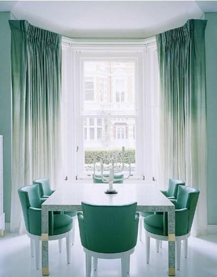rideau-ocultant-blanc-bleu-salle-de-séjour-avec-une-jolie-table-chaises-turquoises-rideaux-turquoises